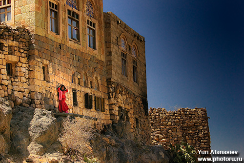 Photographing the mountain landscapes of Sanaa's suburbs. Photographer Yuri Afanasiev
